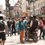 Kathmandu: un gruppo di giovani per strada