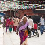 Kathmandu Durbar Square: un anziana di passaggio si allontana dopo aver toccato una candela in segno di preghiera