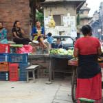 Patan: venditrice di pannocchie, uno degli street food più diffuse tra le vie delle città della valle