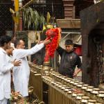 Dakshinkali: fedeli in fila per porgere offerte